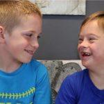 Ένα αγόρι μας εξηγεί γιατί αγαπάει τόσο πολύ τον αδελφό του με σύνδρομο Down